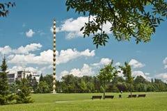 Columna sin fin enmarcada por Vegetation Foto de archivo