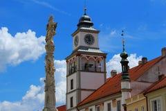 Columna y ayuntamiento de la plaga en TÅ™eboň, República Checa Foto de archivo