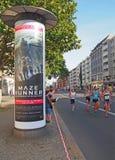 Columna y corredores de publicidad en Berlin Marathon 2014 Fotos de archivo