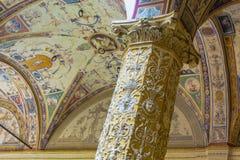 Columna y techo adornados en Florencia imagen de archivo libre de regalías