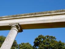 Columna y viga dóricas fotografía de archivo