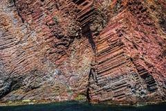 Columnar sammanfogat vulkaniskt vaggar av den Scandola kustlinjen Royaltyfri Fotografi
