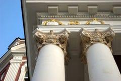 Columnas adornadas de oro y blancas Foto de archivo libre de regalías