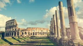 Columnas antiguas cerca del coliseo Imágenes de archivo libres de regalías