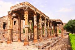 Columnas antiguas, complejo de Qutub Minar, Nueva Deli, la India fotografía de archivo libre de regalías