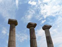 Columnas antiguas debajo del cielo azul foto de archivo