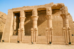 Columnas arruinadas en Edfu, Egipto Foto de archivo