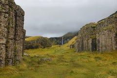Columnas basálticas erosionadas mar de Dverghamrar Fotos de archivo
