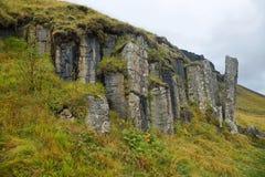 Columnas basálticas erosionadas mar de Dverghamrar Imagen de archivo libre de regalías