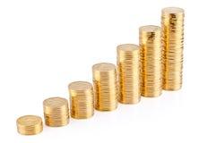 Columnas cada vez mayores de las monedas de oro Imagen de archivo libre de regalías