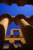 Columnas colosales con hieroglyphics Imágenes de archivo libres de regalías