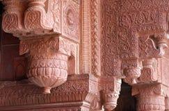 Columnas con la piedra que talla en fuerte del rojo de Agra fotos de archivo