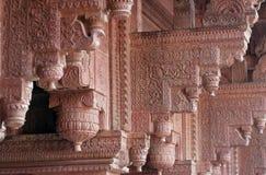 Columnas con la piedra que talla en fuerte del rojo de Agra imagen de archivo