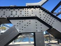 Columnas de ayuda y placa empernadas, detalle, del ` s Peter R de San Francisco Puente de Maloney Imagen de archivo