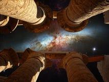 Columnas de Karnak y galaxia del cigarro (elementos de este furnishe de la imagen Fotografía de archivo