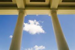 Columnas de la construcción de escuelas Imagen de archivo libre de regalías