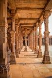 Columnas de la mezquita del Quwwat-UL-Islam, complejo de Qutb Minar, Nueva Deli - la India fotografía de archivo libre de regalías