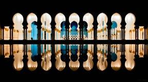 Columnas de la mezquita que reflejan en el agua en la noche Imagen de archivo