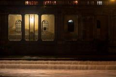 Columnas de la piedra en un edificio adyacente al río Avon en el baño, Somerset, Reino Unido Fotografía de archivo
