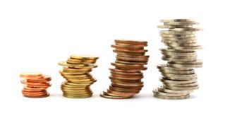 Columnas de las monedas aisladas en blanco Imagen de archivo libre de regalías