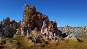 Columnas de las torres de la toba volcánica de la piedra caliza en el mono lago en California - fotografía del viaje almacen de metraje de vídeo