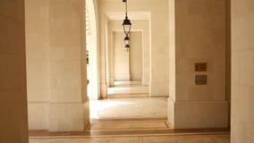 Columnas de mármol blancas y viejas luces de calle en la recepción de t almacen de video