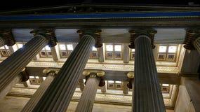 Columnas de mármol de la ciudad de la noche foto de archivo