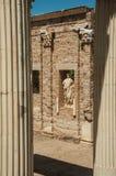 Columnas de mármol y estatuas del edificio de Roman Forum en Mérida fotografía de archivo