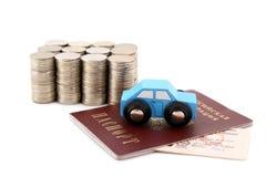 Columnas de monedas y de un modelo del coche Imágenes de archivo libres de regalías