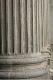 Columnas de piedra de un edificio judicial de la ley Fotos de archivo libres de regalías