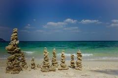 Columnas de piedra en la costa de mar Fotografía de archivo libre de regalías