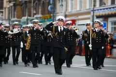 Columnas de soldados del ej?rcito ruso en Victory Parade imagen de archivo
