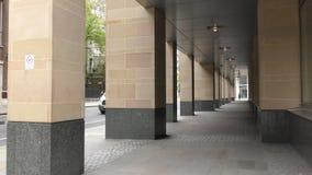 Columnas de un edificio moderno almacen de metraje de vídeo