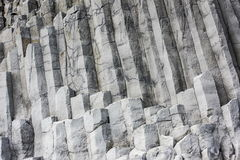 Columnas del basalto del hexágono en la playa Reynisfjara, Islandia Fotos de archivo