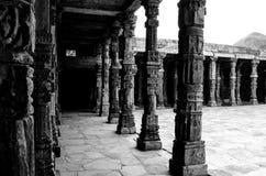 Columnas del claustro en el complejo de Qutb Foto de archivo libre de regalías