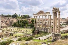Columnas del foro de Roma debajo de un cielo nublado Imagen de archivo libre de regalías