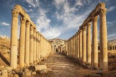 Columnas del maximus del cardo, ciudad romana antigua de Gerasa de la antigüedad, Jerash moderno Foto de archivo libre de regalías