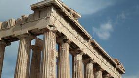 Columnas del Parthenon - templo antiguo en acrópolis ateniense en Grecia almacen de metraje de vídeo