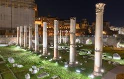 Columnas del ` s de César en Roma, Italia en la noche Foto de archivo