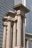 Columnas delante del rascacielos Imagenes de archivo