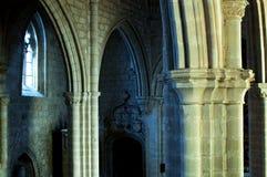 Columnas dentro de una iglesia gótica, piedra, arcos, arquitectura religiosa fotos de archivo