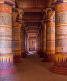 Columnas egipcias del templo llenadas de los jeroglíficos Imagenes de archivo