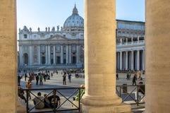 Columnas en el cuadrado del ` s de San Pedro, Ciudad del Vaticano, Italia Imagen de archivo