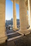 Columnas en el cuadrado del ` s de San Pedro, Ciudad del Vaticano, Italia Imagenes de archivo