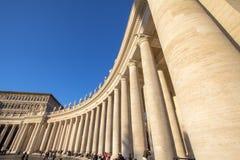 Columnas en el cuadrado del ` s de San Pedro, Ciudad del Vaticano, Italia Imagen de archivo libre de regalías
