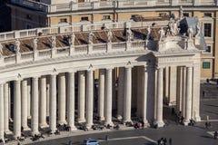 Columnas en el cuadrado del ` s de San Pedro, Ciudad del Vaticano, Italia Foto de archivo