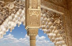Columnas en estilo (moro) islámico en Alhambra, Granada, España Foto de archivo libre de regalías