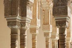 Columnas en estilo (moro) islámico en Alhambra, Granada, España Imagen de archivo libre de regalías