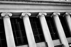 Columnas en finanzas del banco del edificio Imagenes de archivo