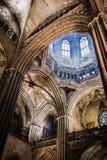 Columnas en la basílica de la catedral de Barcelona Fotografía de archivo libre de regalías